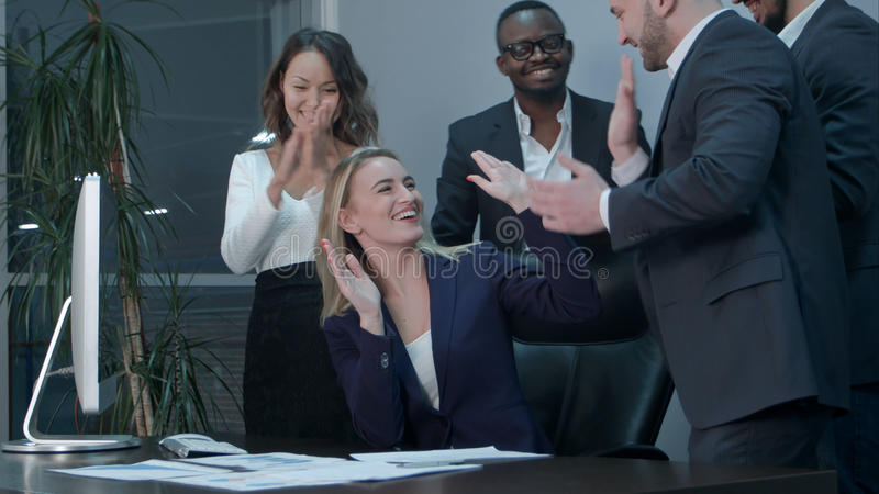Команда дела аплодируя во время встречи в офисе стоковые фотографии rf