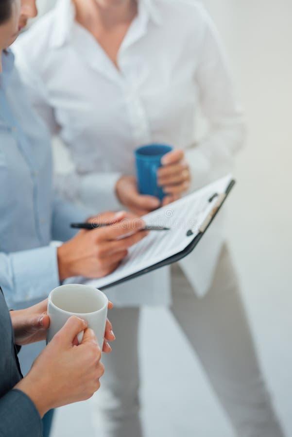 Команда дела обсуждая во время перерыва на чашку кофе стоковая фотография rf