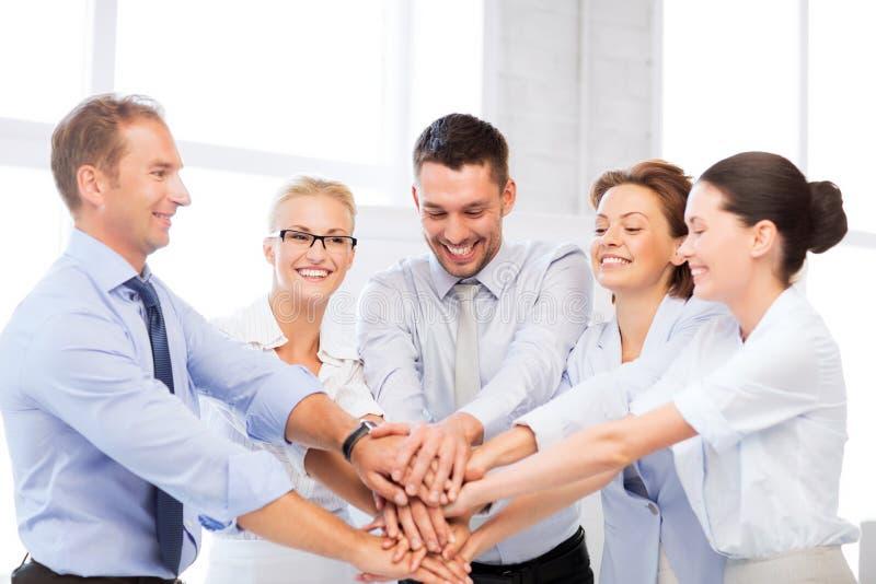 Команда дела празднуя победу в офисе стоковые фотографии rf