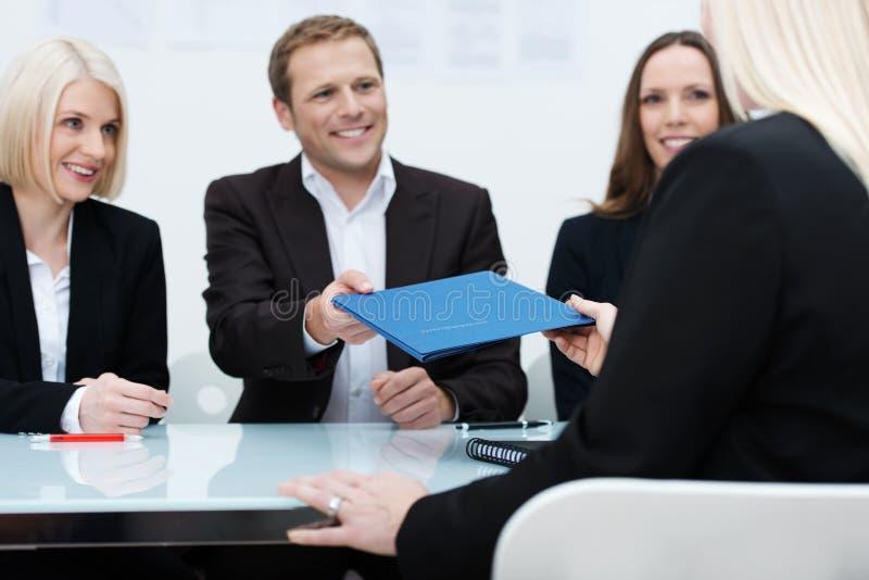 Команда дела проводя собеседование для приема на работу стоковое фото rf
