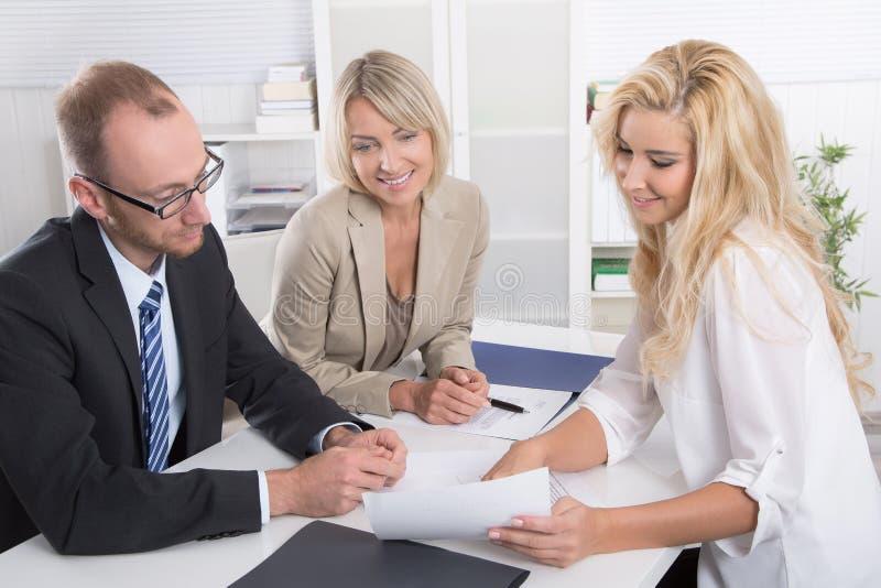 Команда дела человека женщина сидя вокруг tog таблицы говоря стоковая фотография
