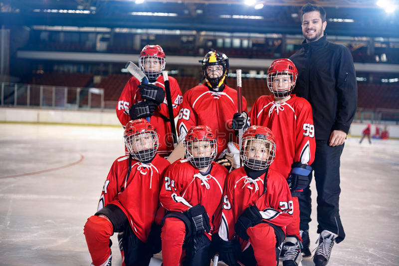 Команда игроков мальчиков хоккея на льде на льде стоковое фото rf