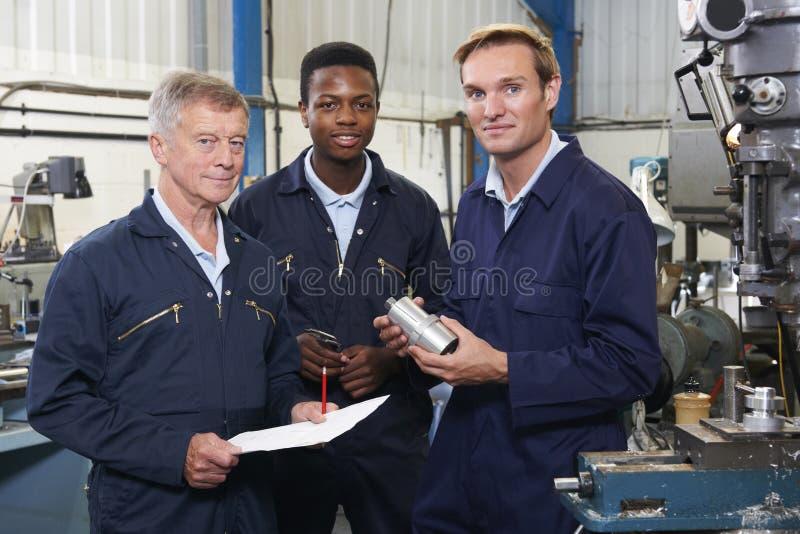 Команда инженеров имея обсуждение в фабрике стоковая фотография