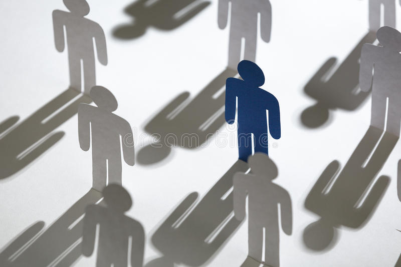 Команда подобных бумажных людей с голубое одним стоковые изображения rf