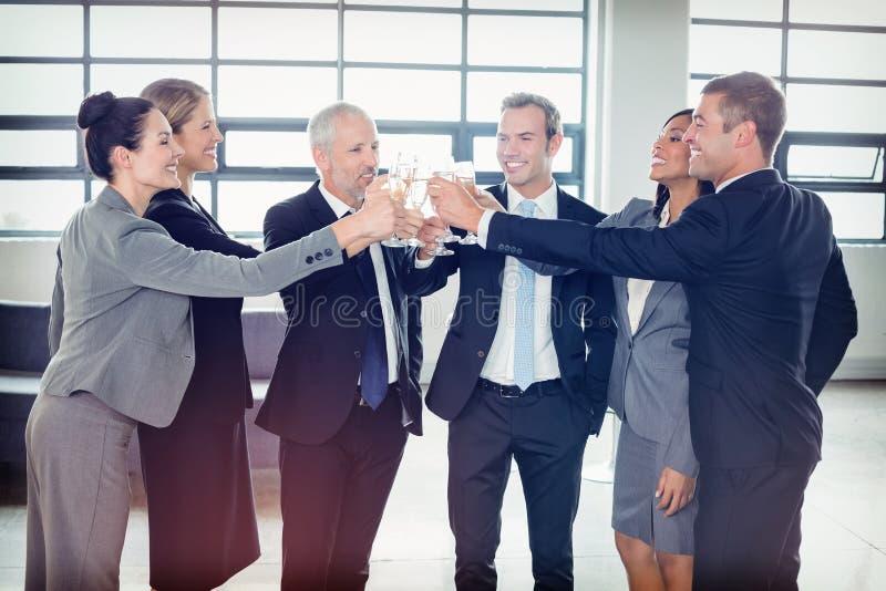 Команда предпринимателей провозглашать шампанское стоковое изображение rf