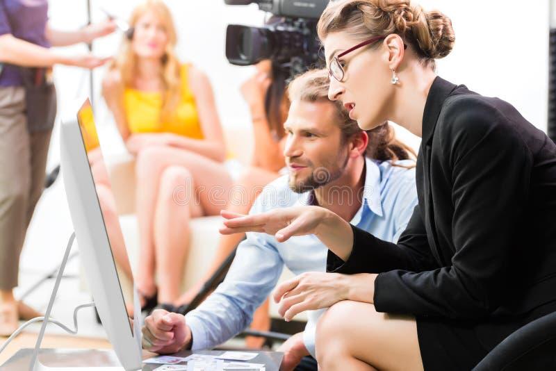 Команда фильма обсуждая направление для видео- продукции стоковые фото