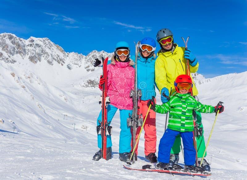 Download команда лыжи семьи счастливая Стоковое Фото - изображение: 64006722