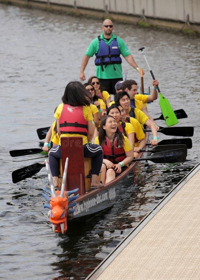 Команда rowing на фестивале шлюпки дракона стоковая фотография