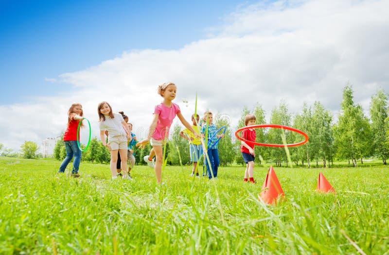 2 команды играя и бросая красочные обручи стоковое изображение