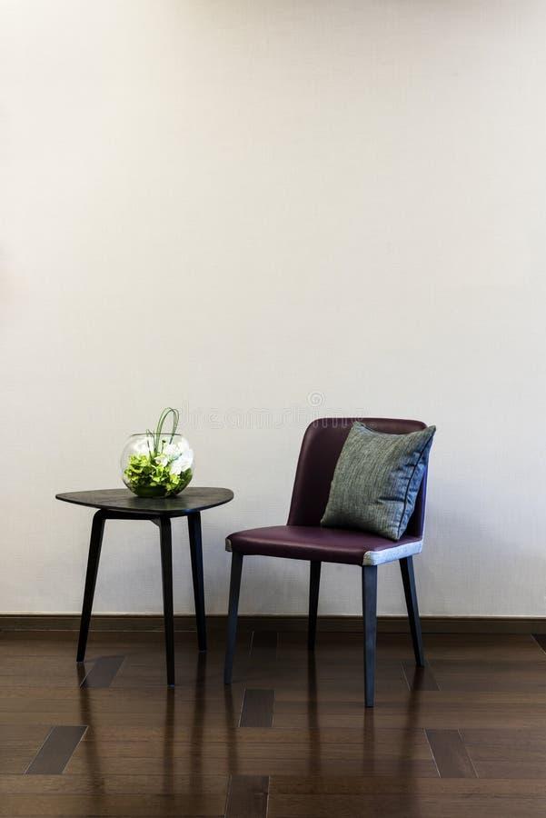 Комбинация кожаного стула журнального стола стоковое фото