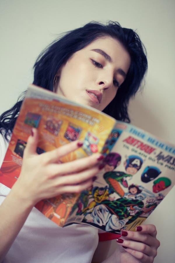 Комиксы чтения девушки стоковое фото rf