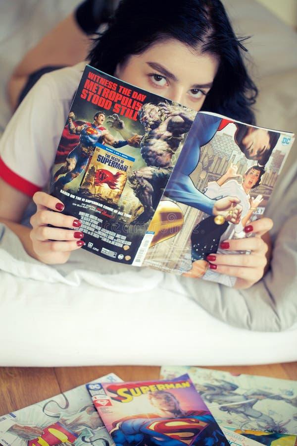 Комиксы чтения девушки стоковые изображения rf
