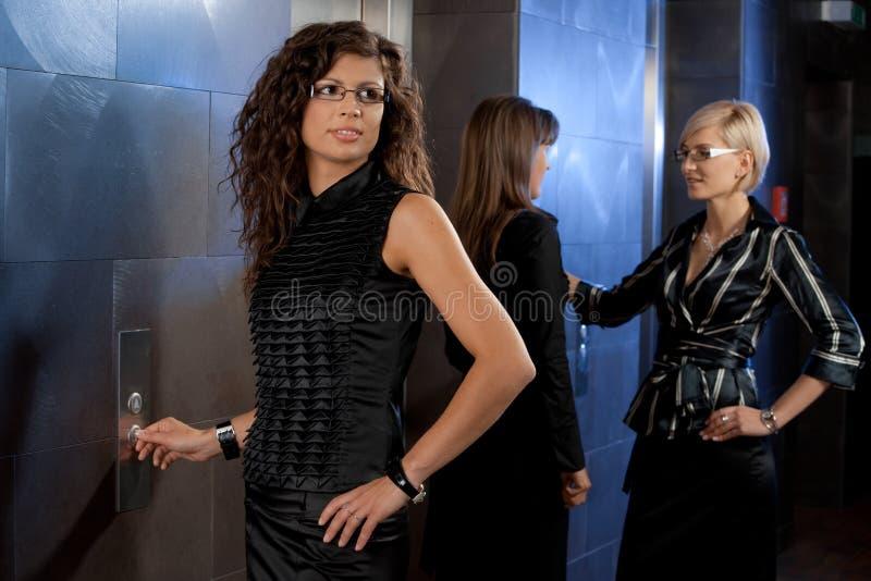 коммерсантка вызывая лифт стоковые изображения rf