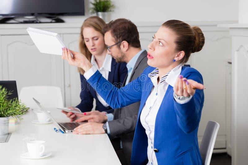 Коммерсантка выражая разногласие на деловой встрече стоковое изображение rf