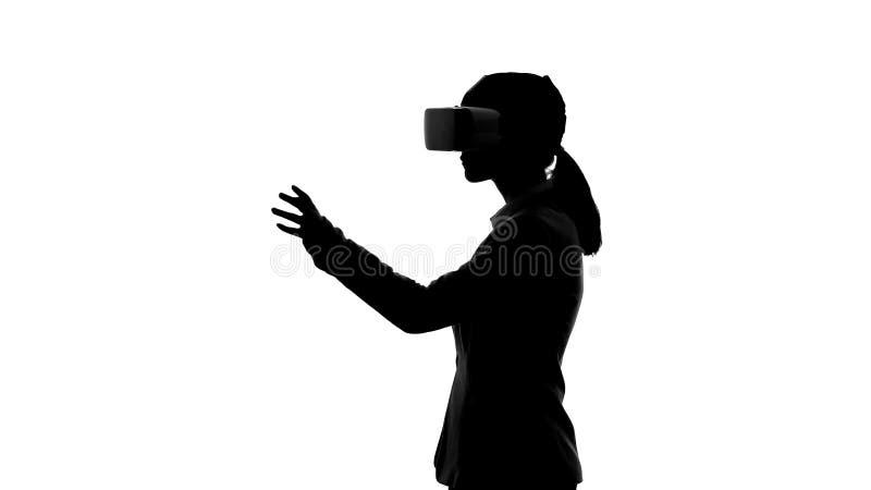Коммерсантка в вариантах шлемофона виртуальной реальности входя в, startup планирование стоковые изображения