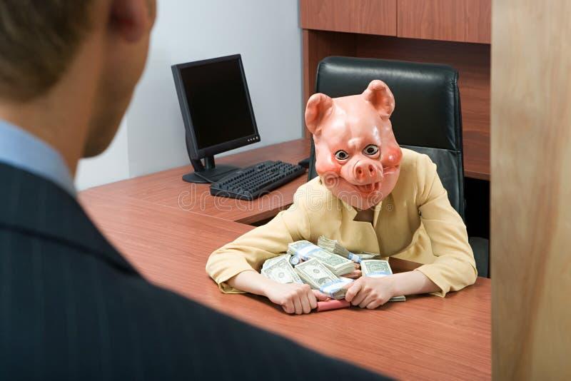 Коммерсантка в маске свиньи держа деньги стоковые фотографии rf