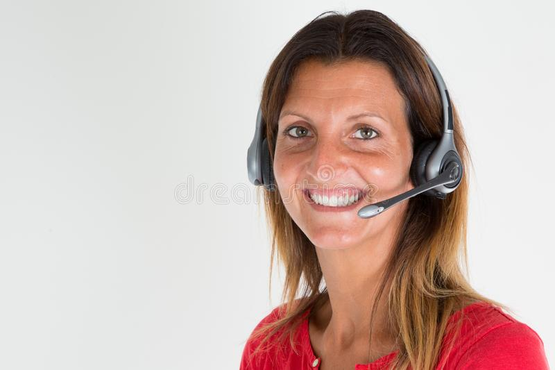 Коммерсантка в офисе делает отношени с клиентами отношения с клиентами поддержки стоковые фотографии rf