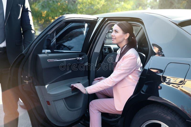 Коммерсантка в роскошном автомобиле стоковые изображения rf