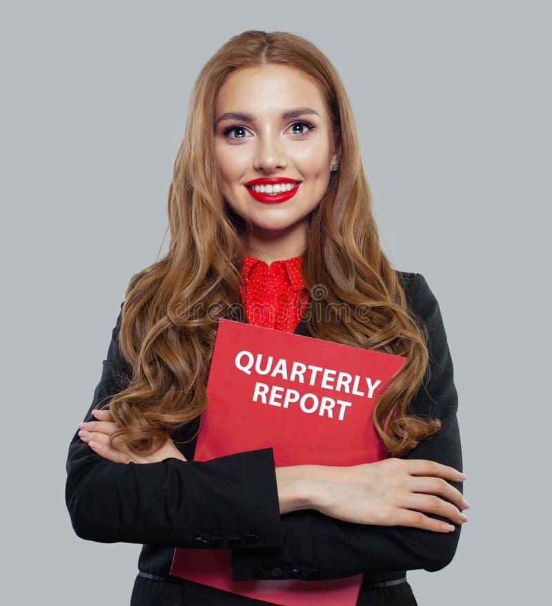 Коммерсантка в черном бизнес-отчете удерживания костюма на белой предпосылке стоковые фотографии rf