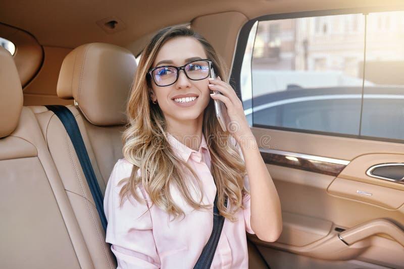 Коммерсантка в eyeglasses говоря на смартфоне стоковая фотография rf