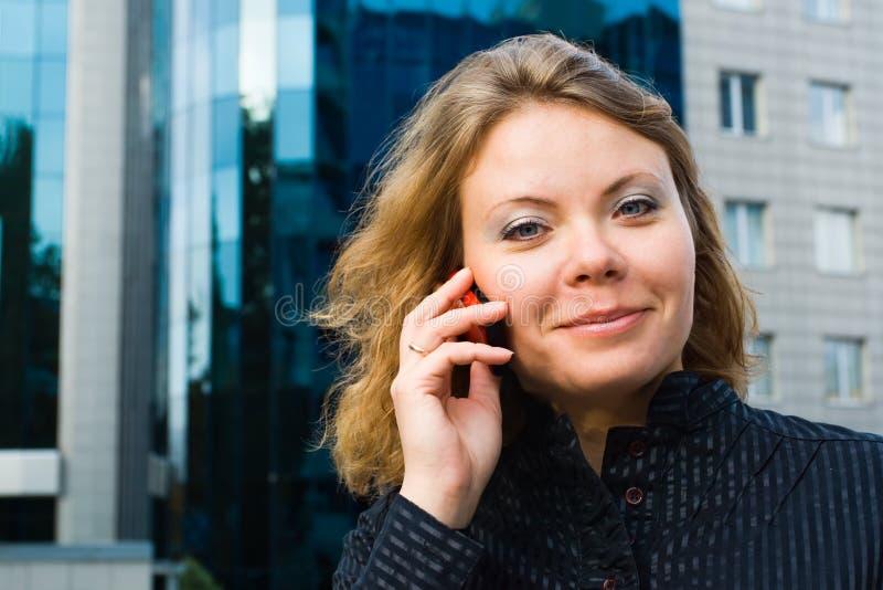 Коммерсантка говоря на мобильном телефоне стоковые фото