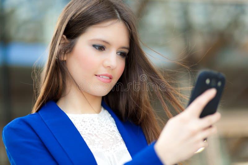 Download Коммерсантка говоря на телефоне Стоковое Фото - изображение насчитывающей работа, выражение: 37928484