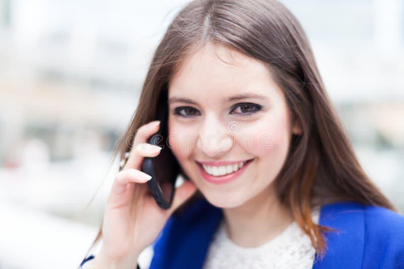 Download Коммерсантка говоря на телефоне Стоковое Изображение - изображение насчитывающей работник, красивейшее: 37929299