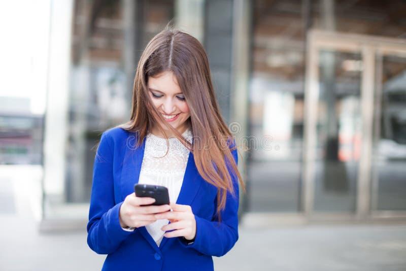 Download Коммерсантка говоря на телефоне Стоковое Фото - изображение насчитывающей телефон, работник: 37929384