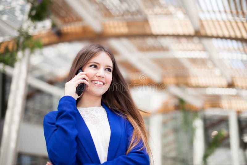 Download Коммерсантка говоря на телефоне Стоковое Фото - изображение насчитывающей красивейшее, славно: 37929446