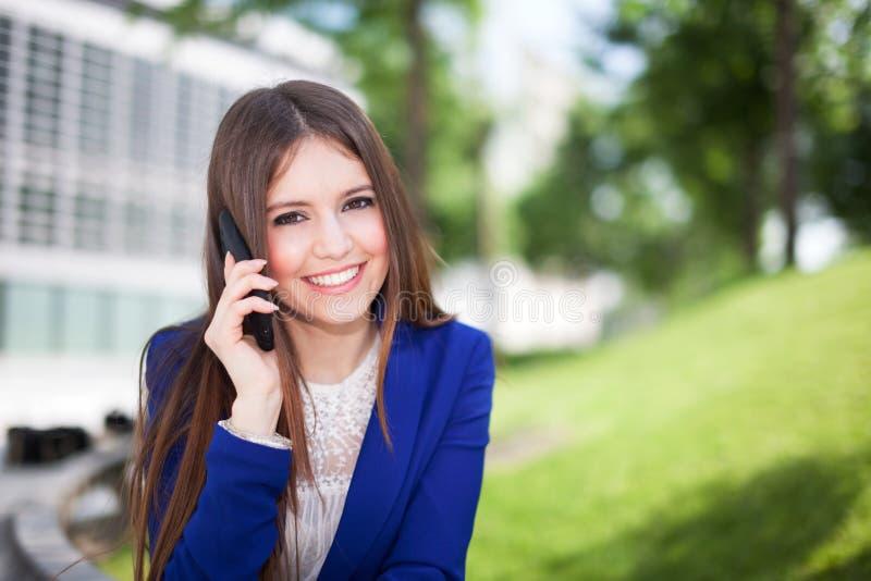 Download Коммерсантка говоря на телефоне Стоковое Изображение - изображение насчитывающей передвижно, уверенно: 37930207