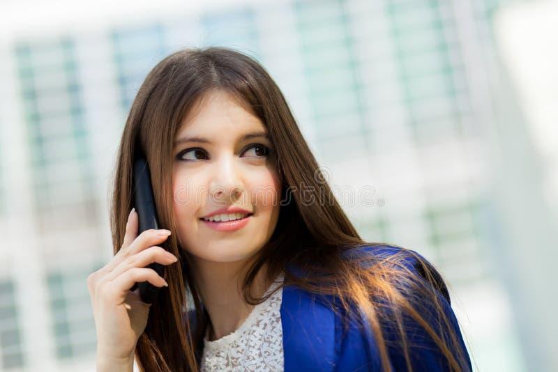 Download Коммерсантка говоря на телефоне Стоковое Фото - изображение насчитывающей люди, жизнерадостно: 37931862