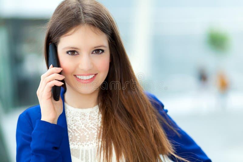 Download Коммерсантка говоря на телефоне Стоковое Фото - изображение насчитывающей коммерсантка, менеджер: 37931938
