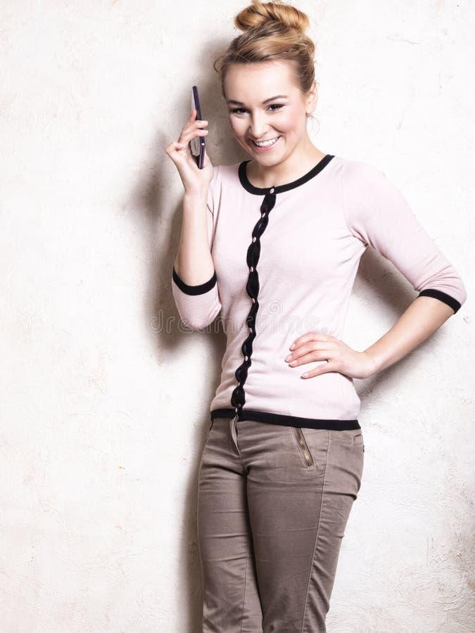 Download Коммерсантка говоря на Smartphone мобильного телефона Стоковое Фото - изображение насчитывающей говорить, женщина: 40587754