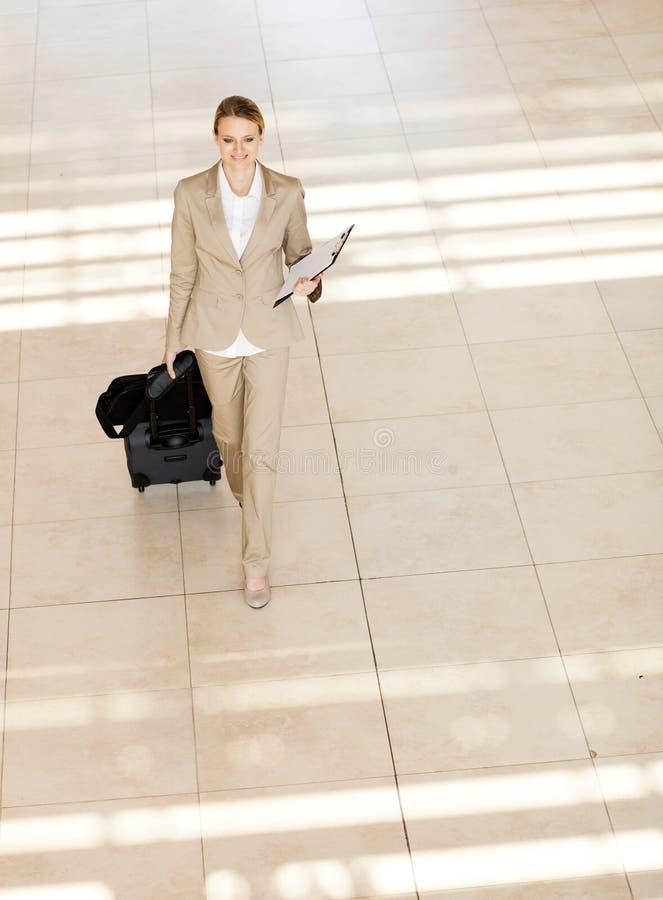 Коммерсантка гуляя на авиапорт стоковые изображения rf