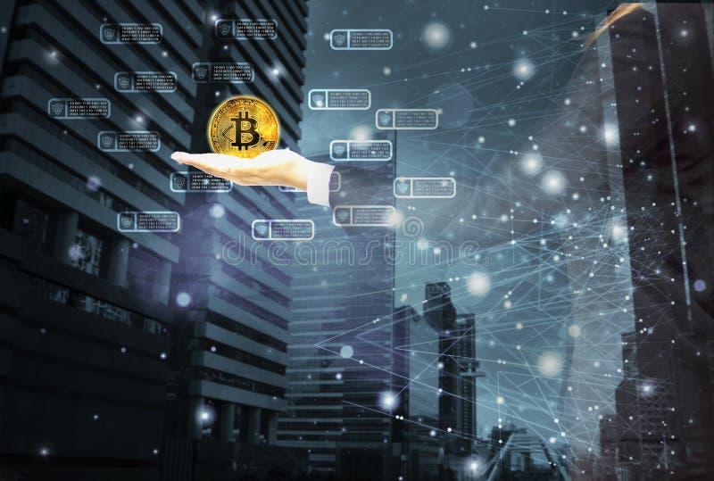 Коммерсантка держа bitcoin золота в наличии, со значком и городским пейзажем цепи блока, предпосылкой с линиями и технологией точ стоковая фотография rf