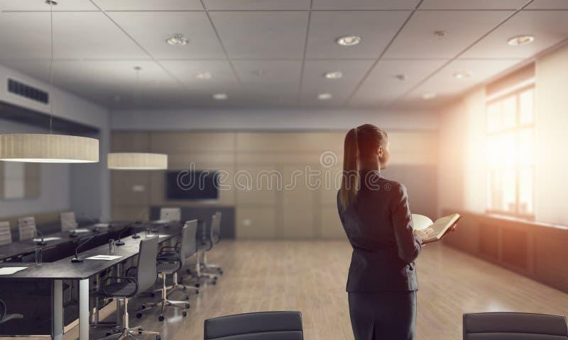 Download коммерсантка ее офис Мультимедиа Стоковое Фото - изображение насчитывающей водительство, самомоднейше: 81809078
