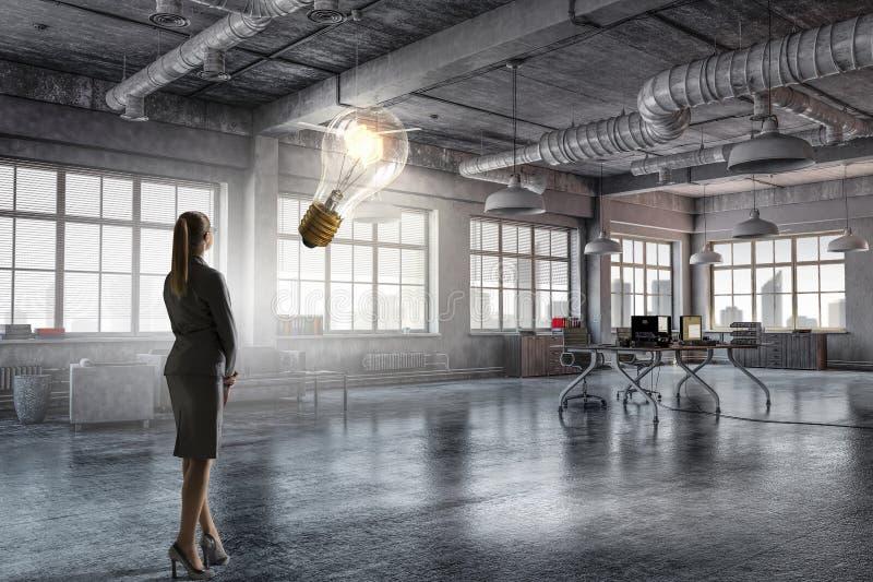 Download коммерсантка ее офис Мультимедиа Стоковое Фото - изображение насчитывающей горизонт, урбанско: 81809162
