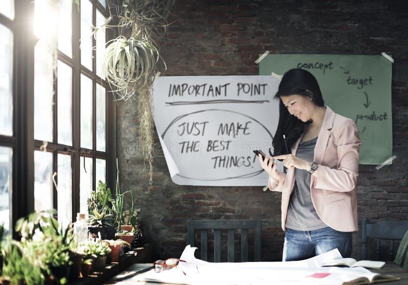 Коммерсантка держа используя концепцию умного телефона работая стоковые фотографии rf