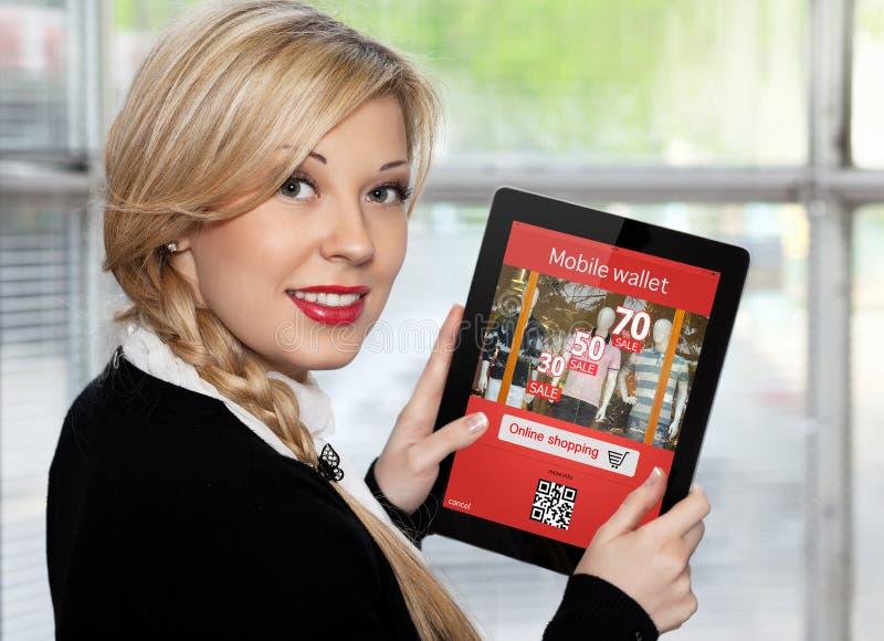 Коммерсантка держа таблетку с покупками onlain на экране стоковая фотография rf