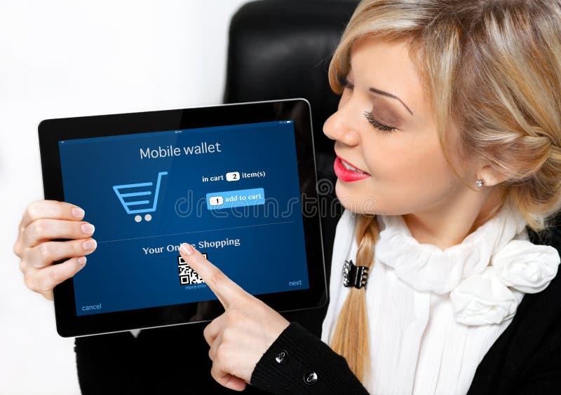 Коммерсантка держа таблетку с покупками onlain на scree стоковые изображения