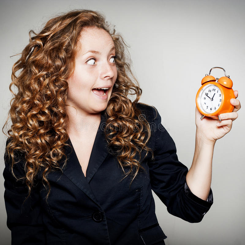 Коммерсантка держа часы в руках Концепция крайнего срока с shoc стоковые изображения rf