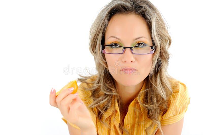 коммерсантка есть померанцовых детенышей стоковое фото