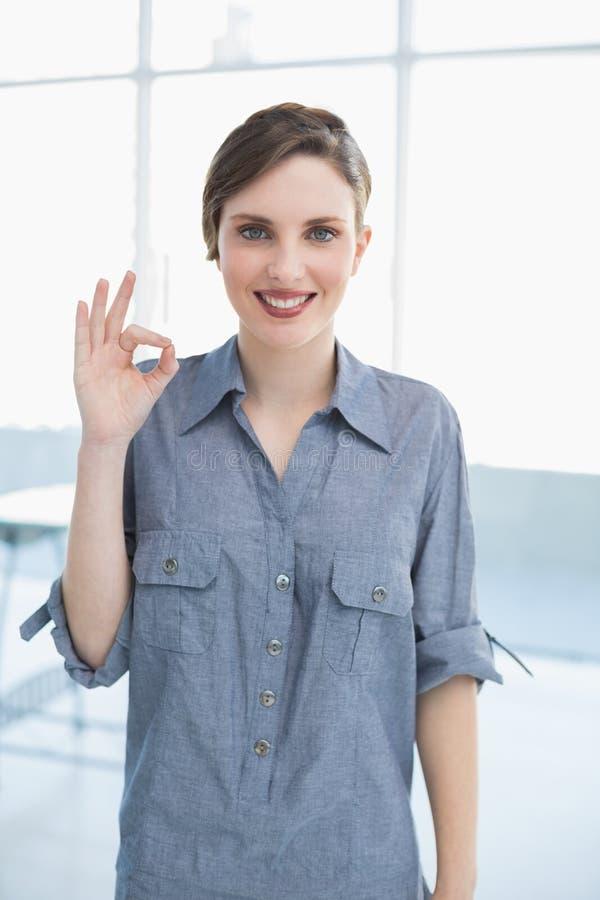 Коммерсантка делая положительный жест стоковые фотографии rf