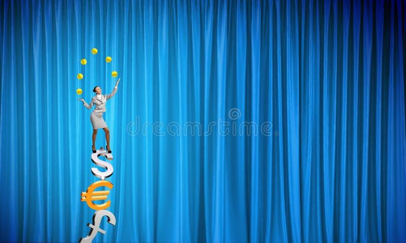 Коммерсантка жонглируя с шариками бесплатная иллюстрация