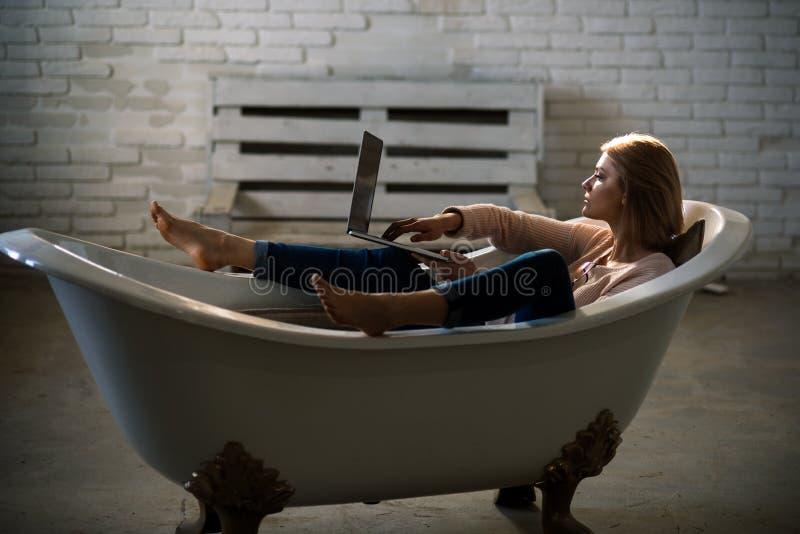 Коммерсантка имеет современную жизнь с новой технологией Купите онлайн и цифровой маркетинг Работа женщины на компьютере в домашн стоковая фотография rf