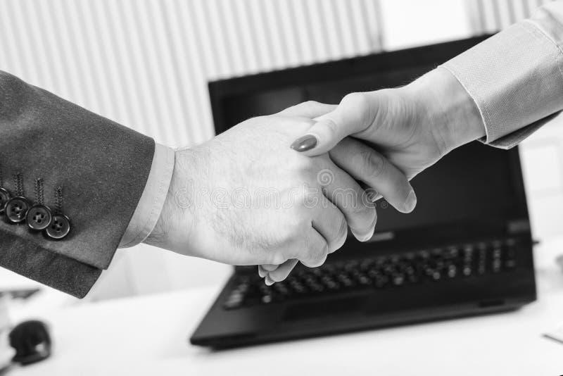 Коммерсантка и бизнесмен тряся руки, конец-вверх Партнерство дела Приветствуйте или спасибо показывают жестами, реклама продукта стоковые изображения