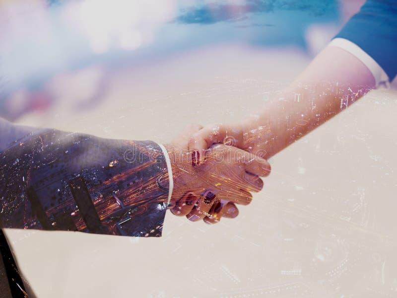 Коммерсантка и рукопожатие бизнесмена стоковое изображение rf