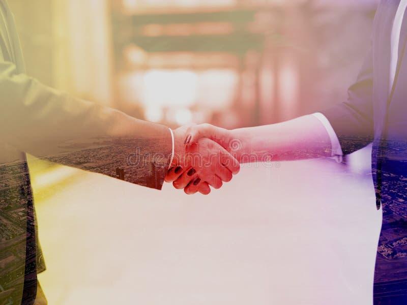 Коммерсантка и рукопожатие бизнесмена стоковое фото rf