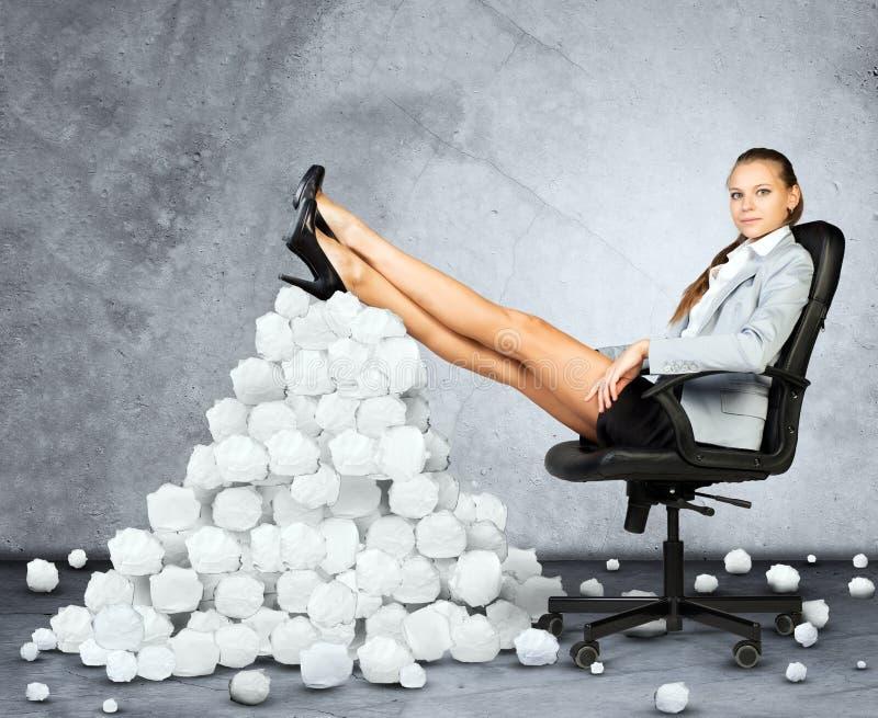 Коммерсантка и скомканные кучей бумажные шарики стоковое фото rf