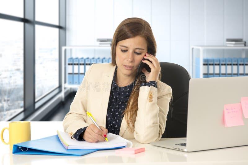 Коммерсантка корпоративного портрета молодая привлекательная на офисе говоря на мобильном телефоне стоковая фотография rf